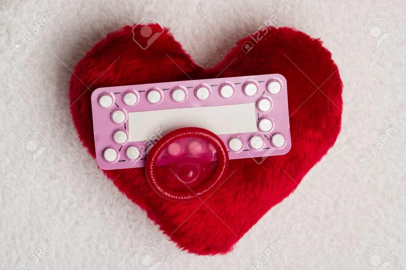 49901409-médecine-amour-de-la-contraception-et-le-contrôle-des-naissances-pilules-contraceptives-orales-préservatif-.jpg